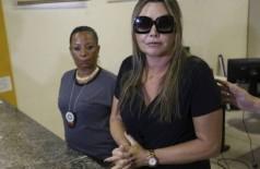 Elaine deu entrevista ao lado de Adriana Belém. E pediu que a justiça seja feita. Foto: Pedro Teixeira