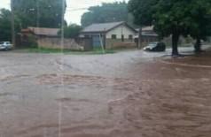 Rua no Jardim Flórida II ficou alagada num dos dias chuvosos de fevereiro em Dourados (Foto: 94FM/Arquivo)