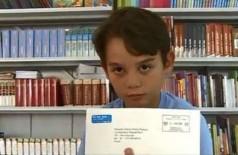 Fornecido por Três Editorial Ltda Eduardo com a carta que recebeu do Palácio de Buckingham - Foto: Reprodução / NSC TV