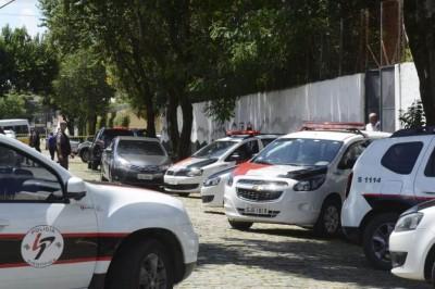 Segundo a Polícia Militar, dois jovens armados e encapuzados invadiram o colégio e disparam contra os alunos (Foto: Rovena Rosa/Agência Brasil)