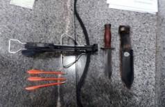 Homem entra na Secretaria de Educação do DF com besta, faca e dardos (Foto: Divulgação/PMDF)