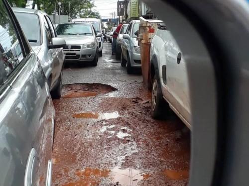 Enquanto licitação não acontece, buracos tomam conta das ruas de Dourados (Foto: Eliel Oliveira)