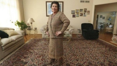 'Estilista' idosa exibe casaco e saias feitos com sacolas plásticas de supermercado - Foto: AP
