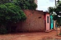 O corpo da adolescente ficou no mesmo local desde sexta-feira e foi encontrado coberto e rodeado de moscas (Foto: Sidrolândia News)