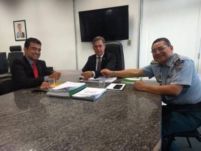Reunião entre o deputado Marçal Filho, o secretário Carlos Videira e o comandante da PMMS, Waldir Ribeiro Acosta ( Foto: Divulgação)