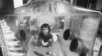 Ele foi colocado em uma câmara de isolamento de plástico logo após o nascimento - Getty Images /BBC NEWS BRASIL