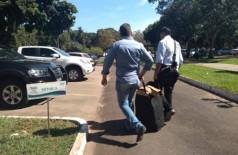 Policiais deixam a SED com documentos  (Foto: Mirian Machado)