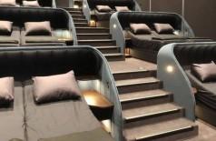 Camas de casal em sala de cinema na Suíça - Foto: Reprodução/Twitter(Jérôme Brunner)
