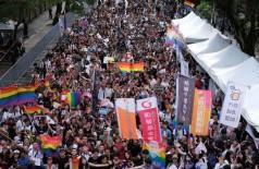 Multidão comemora aprovação do casamento gay pelo Parlamento de Taiwan em Taipei, nesta sexta-feira (17) — Foto: Tyrone Siu/ Reuters