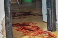 Sangue espalhado pela casa mobilizou a polícia e o Corpo de Bombeiros na manhã desta quinta-feira (17). (Foto: Henrique Kawaminami)