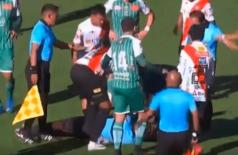 Juiz morre após cair desacordado em jogo do Campeonato Boliviano; vídeo (Youtube/Reprodução)