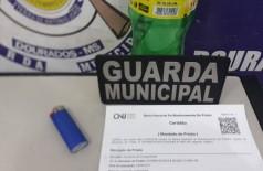 Mandado de prisão contra a acusada, isqueiro e a garrafa pet (Foto: reprodução/Guarda Municipal)