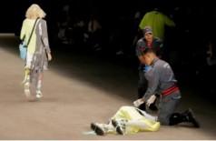 Bombeiros socorrem o modelo Tales Cotta na passarela da SPFW. Foto: Leco Viana/ Reuters