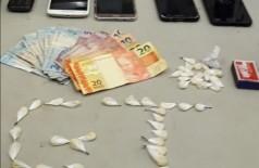 Droga, dinheiro e celulares apreendidos com a acusada - Foto: Sidnei Bronka