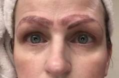 Jami Ledbetter e suas quatro sobrancelhas (Foto: Reprodução/WDAF)