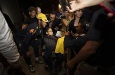 Neymar cumprimenta os torcedores na chegada ao hotel em Brasília - Lucas Figueiredo - CBF