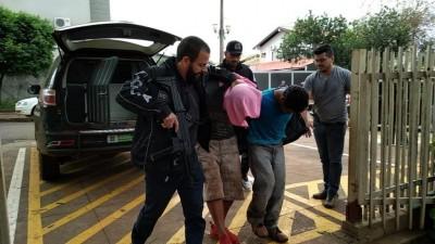 Dupla foi detida por lideranças da aldeia Bororó e encaminhada para a delegacia (Foto: Adilson Domingos)
