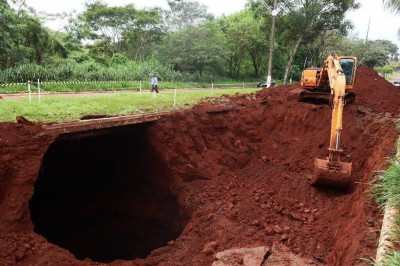 O buraco foi descoberto no dia 2 de abril, e, desde então, o tráfego está interditado - Foto: A. Frota