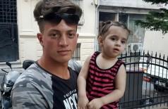 O argelino Fawzi Zabaat e a menina síria que salvou - DHA/AFP