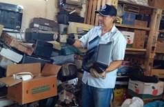 Idomeno mantém um barracão onde faz a reciclagem de lixo eletrônico em Dourados (Foto: Divulgação)
