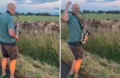 Saxofonista toca Stevie Wonder para vacas (Foto: Reprodução/Twitter)