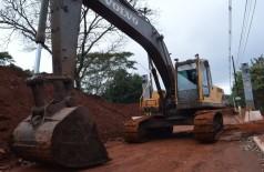 Encarregado da obra informou que ainda falta escavar metade do trecho necessário (Foto: André Bento)