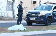 Homem foi morto a tiros na Avenida Júlio de Castilho. (Foto: Henrique Kawaminami)