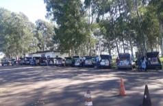 Veículos enfileirados após o flagrante. (Foto: Divulgação/DOF)