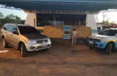 Veículo, drogas e suspeito apreendidos junto com a droga. (Foto: Divulgação/PMR)