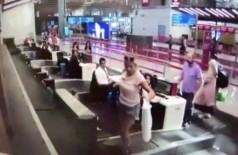 Passageira tenta embarcar junto com malas em Istambul (Foto: Reprodução/YouTube)