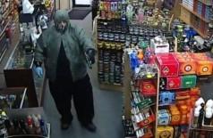 Assaltante ataca loja de conveniência nos EUA (Foto: Reprodução/CBS Philly)