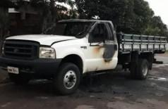 Caminhonete queimada ontem à noite em Caarapó (Foto: Caarapó News)