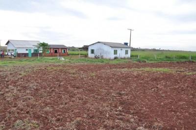 Escola da Comunidade fica a menos de dez metros da lavoura onde houve aplicação de calcário (Foto: Ascom MPF/MS)