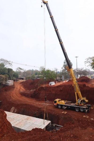Obra entrou na fase de colocação das aduelas que formarão galeria para correr o Córrego Laranja Doce (Foto: A. Frota)
