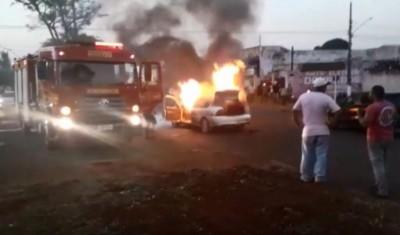 Veículo sendo consumido pelo fogo - (Foto: reprodução/vídeo/94FM)