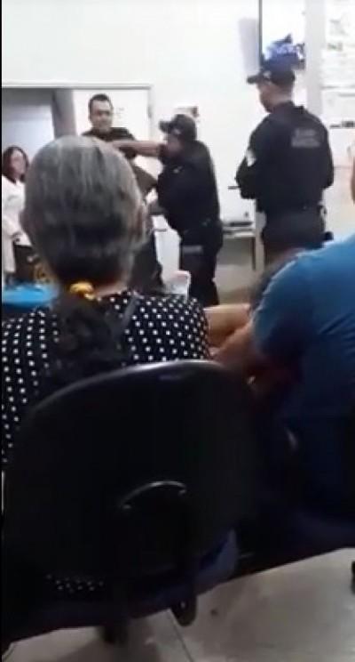 Imagem de guarda municipal agredindo homem foi feita por paciente da UPA (Foto: Reprodução)
