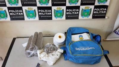 Droga estava dentro de mochila (Foto: Sidnei Bronka)