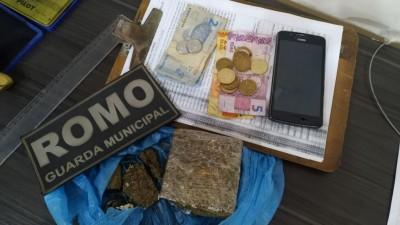 Droga e dinheiro foram apreendidos na casa do suspeito (Foto: Sidnei Bronka)
