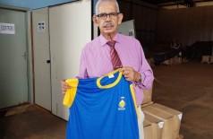 Secretário de Educação recebeu uniformes em abril (Foto: Marcos Pierry/Divulgação)