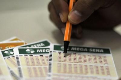 Bilhete simples, com seis dezenas, custa R$ 3,50 (Foto: Marcello Casal Jr / Agência Brasil)