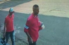Imagem mostra os dois ladrões que roubaram a moto - foto: divulgação