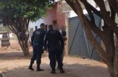 Policiais abordando o suspeito com a filha no colo. (Foto: Diário Corumbaense)