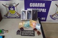Celulares recuperados pela Guarda Municipal - Foto: Sidnei Bronka