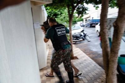 Lúcio Roberto Queiroz Silva se entrega à polícia. Ele estava escondido em uma propriedade rural. — Foto: Pablo Nogueira/Interativo MS