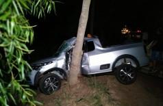 A vítima perdeu o controle do carro e bateu em uma árvore na MS-147 - Foto: Adilson Domingos