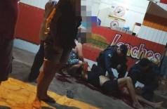 Vítima sendo atendida logo depois dos disparos (Foto: Giselli Figueiredo)