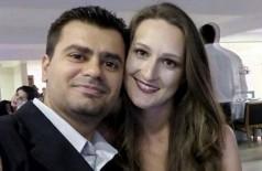 Andre ao lado da esposa que matou a facadas. (Foto: Reprodução)