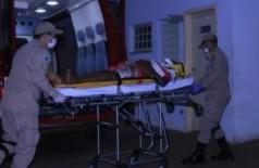 Vítima chegando ao hospital de Chapadão do Sul. (Foto: Jovem Sul News)