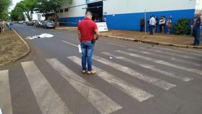 Idosa foi atropelada ao atravessar avenida em Dourados (Foto: Sidnei Bronka)