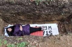Aluna universitária relaxa em cova na Holanda - Foto: Reprodução/YouTube
